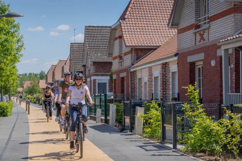 Visite commentée à vélo face aux cités minières ©Karen Saint-Patrice