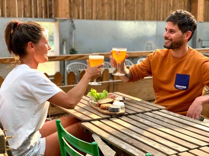 trinquer ensemble autour d'une bière locale, le bonheur