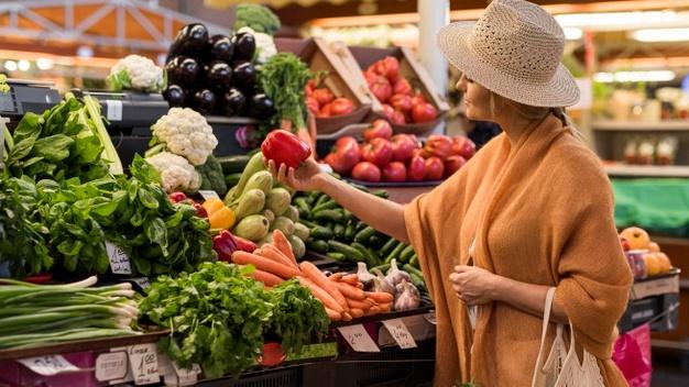Femme flânant sur le marché